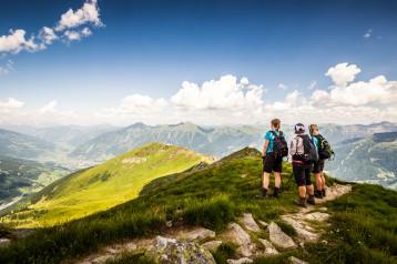 Wandergruppe am Gipfel mit grandioser Aussicht